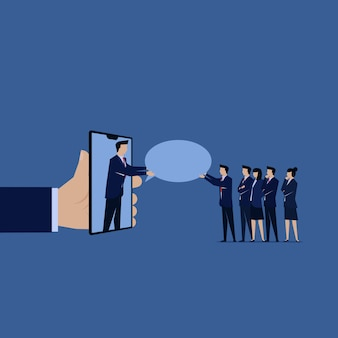 Reportez-vous à un ami homme d'affaires donner bulle de discussion à des amis