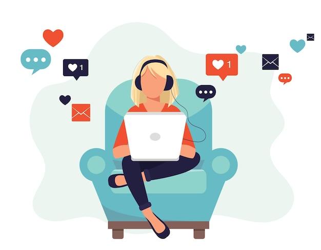 Réseaux sociaux, femme assise sur un canapé, écouter de la musique et utiliser les réseaux sociaux