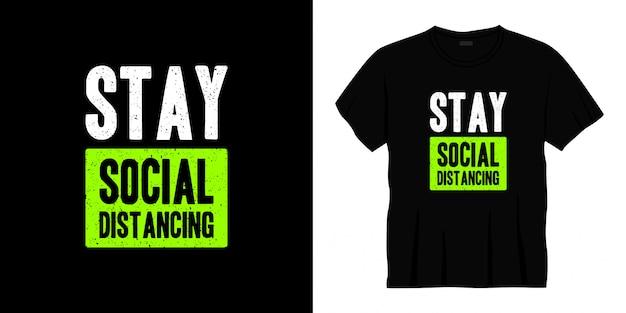 Rester conception de t-shirt de typographie de distanciation sociale.