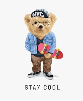 Rester cool slogan avec ours jouet tenant illustration de planche à roulettes