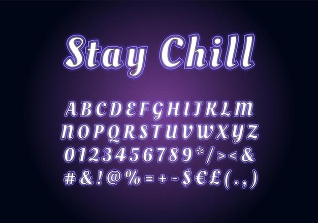 Restez cool modèle de police de néon. ensemble d'alphabet vectoriel lumineux blanc et violet. lettres majuscules, chiffres et symboles lumineux avec effet lumineux extérieur. typographie de la vie nocturne. conception de police de caractères cool