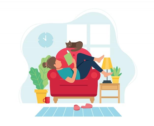 Restez à la maison. femme sur chaise lisant un livre dans un intérieur moderne et confortable.