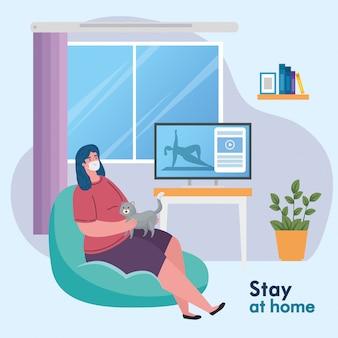 Restez à la maison, femme portant un masque médical dans le salon, mise en quarantaine ou auto-isolement
