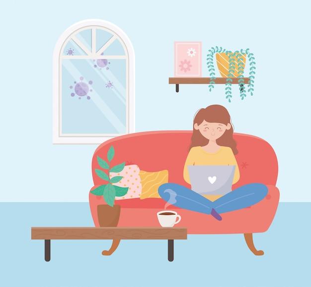 Restez à la maison, femme utilisant un ordinateur portable assis sur un canapé dans le salon