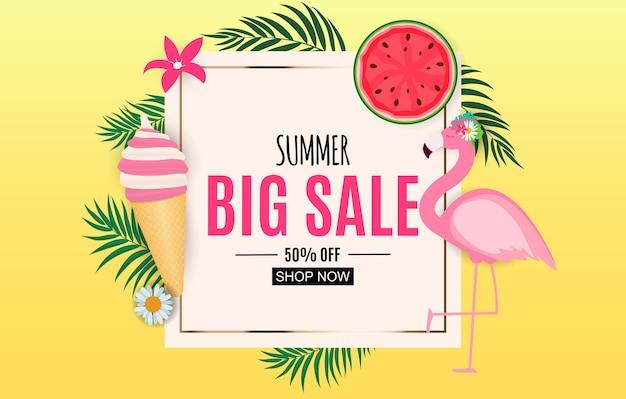 Résumé de fond de vente d'été avec des feuilles de palmier, pastèque, crème glacée et flamant rose.