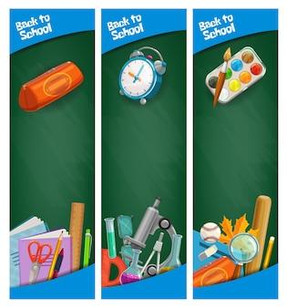 Retour aux bannières d'éducation scolaire, tableaux verts avec papeterie et typographie des élèves. tableaux noirs avec des trucs d'apprentissage scolaire. outils pour étudiants, ballon de sport et microscope, réveil ou peintures