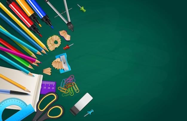 Retour à la composition de l'école avec divers objets stationnaires sur fond de tableau de craie réaliste