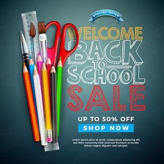 Retour à la conception de vente d'école avec un crayon coloré, pinceau et texte écrit à la craie sur fond de tableau