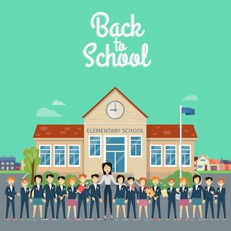 Retour à l'école. enseignant avec des élèves dans la cour d'école