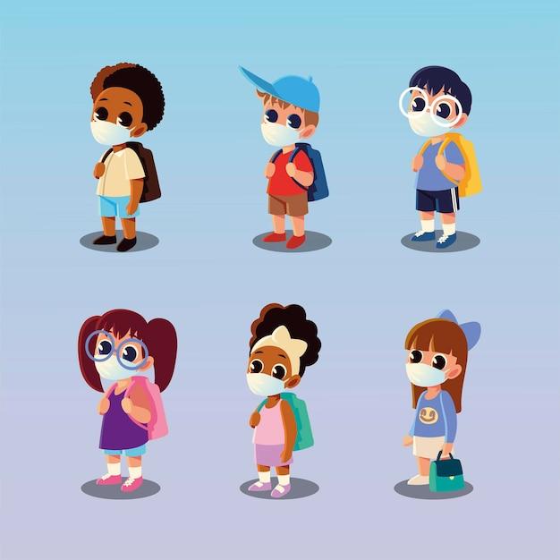 Retour à l'école des garçons et des filles avec des masques médicaux, la distance sociale et le thème de l'éducation