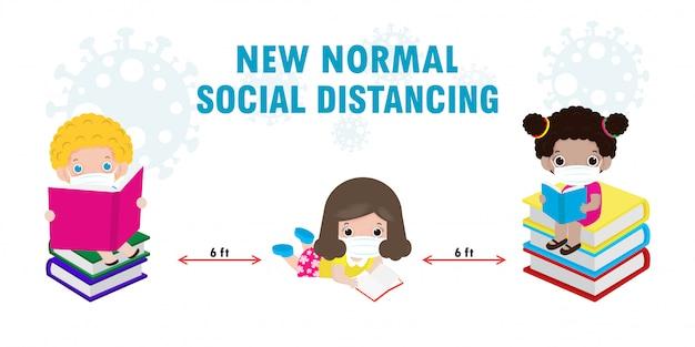 Retour à l'école pour un nouveau concept de mode de vie normal, la distance sociale, des enfants mignons lisant un livre et portant un masque facial pour prévenir le coronavirus 2019 ncov ou covid-19 isolé sur fond blanc