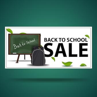 Retour à la vente d'école, bannière d'escompte blanche avec le conseil scolaire et le sac à dos scolaire