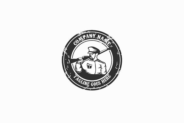 Retro vintage grunge logo the policemanhuntersoldie avec arme d'épaule