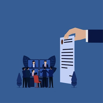 Réunion d'affaires avec le client en ligne pour la négociation du contrat de renouvellement.