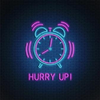 Réveil au néon. horloge qui sonne. dépêchez-vous le texte