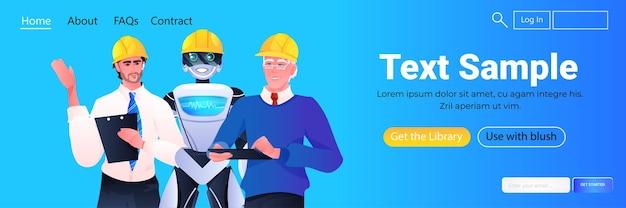 Robots et ouvriers ingénieurs dans des casques se tenant ensemble les travailleurs de la construction discutant lors de la réunion du concept de technologie d'intelligence artificielle