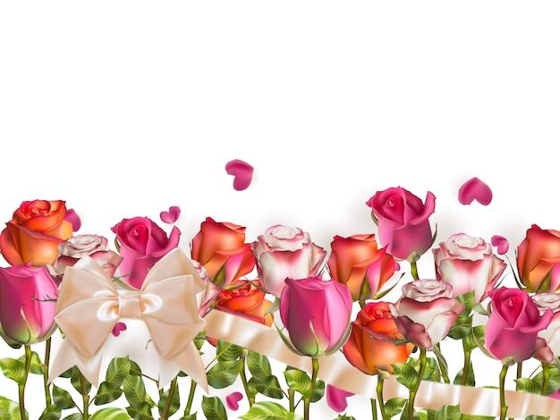 Roses et pétales en forme de coeur sur blanc