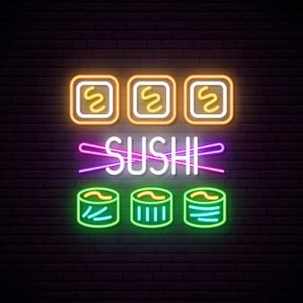 Rouleaux de sushi avec enseigne au néon de baguettes.