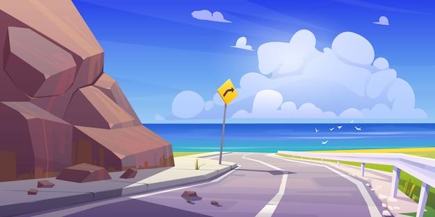 Route asphaltée de montagne avec autoroute vide vue sur la mer