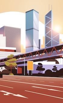 Route de l'autoroute à l'horizon de la ville avec des gratte-ciel modernes et le métro