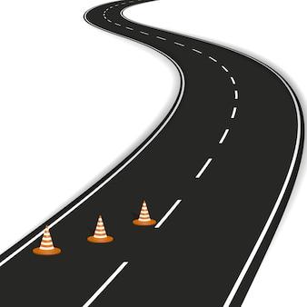 Route courbe avec des marques blanches, cônes de route orange.
