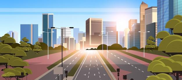 Route goudronnée autoroute avec marquage flèches panneaux de signalisation