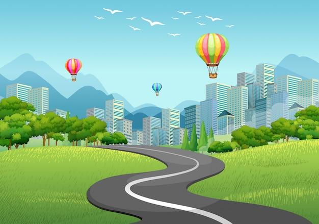 Route vide vers la ville