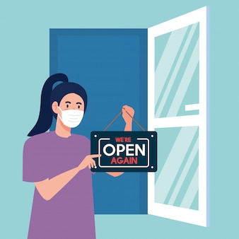 Rouvrir après quarantaine, femme avec étiquette de réouverture de magasin et porte ouverte, nous sommes à nouveau ouverts