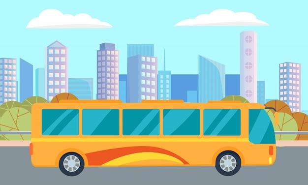 Rue et bus de la ville, gratte-ciel et centre-ville