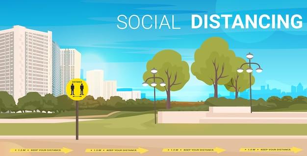 Rue de la ville avec des panneaux pour la distance sociale autocollants jaunes mesures de protection contre l'épidémie de coronavirus