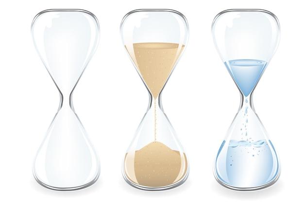 Sable, eau et horloges vides, isolé sur blanc