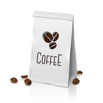 Sac de café d'emballage en papier réaliste blanc blanc avec signe de café et grains de café