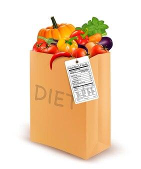 Sac en papier diététique avec légumes et étiquette nutritionnelle. concept de régime.