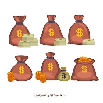 Sacs avec des billets et des pièces de monnaie