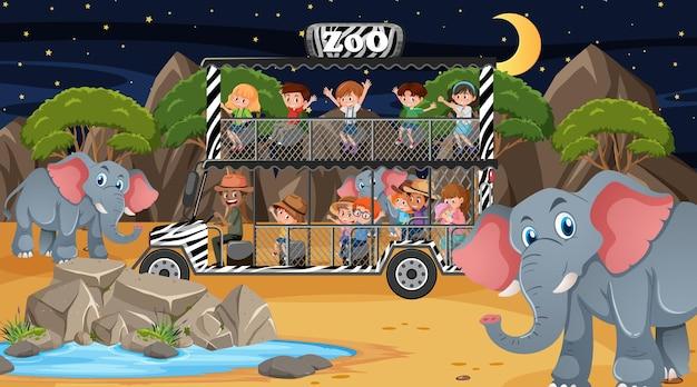 Safari de nuit avec de nombreux enfants regardant un groupe d'éléphants