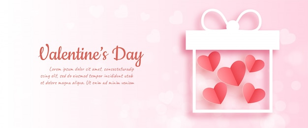 Saint valentin avec coeurs dans une boîte cadeau en papier découpé et style artisanal.