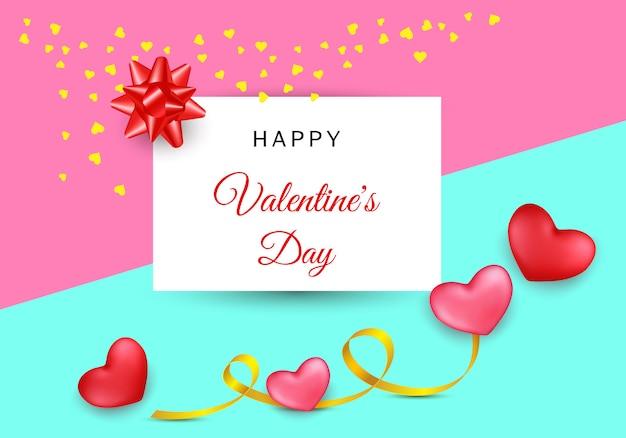 Saint valentin avec des coeurs et des rayures sur fond coloré