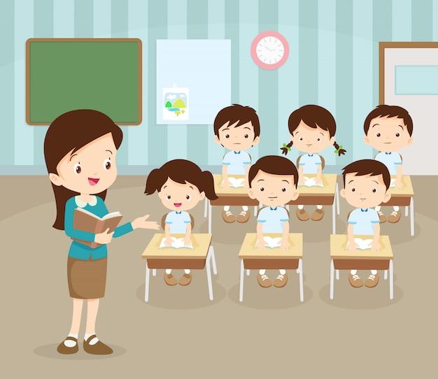 Salle de classe avec professeur et élèves.