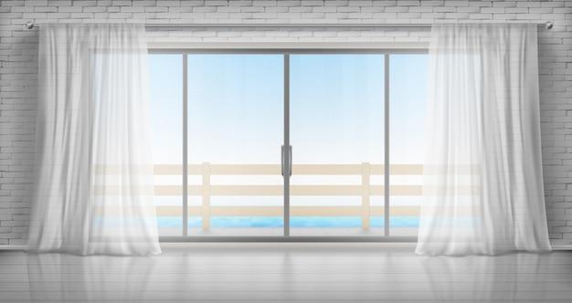 Salle vide avec porte vitrée sur balcon et rideaux