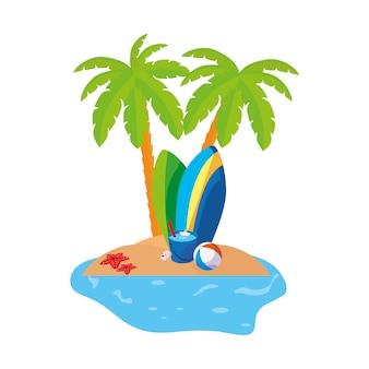 Scène de la côte d'été avec des palmiers et des planches de surf