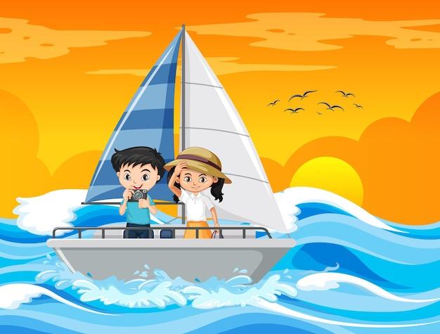 Scène de coucher de soleil sur la plage avec un couple d'enfant debout sur un voilier