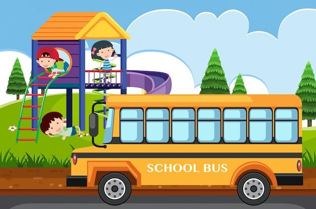Scène avec des enfants jouant dans le parc et le bus scolaire