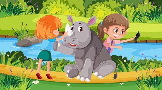 Scène avec enfants et rhinocéros dans le parc