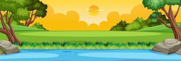Scène de nature horizon ou paysage de campagne avec vue sur la rivière de la forêt et vue du ciel coucher de soleil jaune