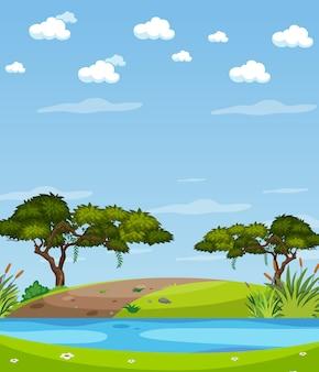 Scène de nature verticale ou campagne de paysage avec vue sur la forêt et ciel blanc au bord de la rivière pendant la journée