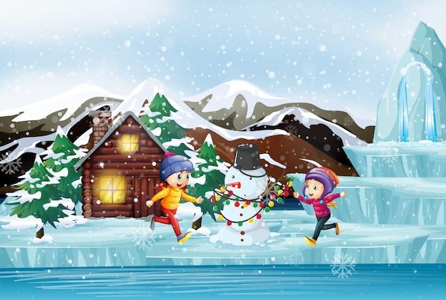 Scène de noël avec deux enfants et bonhomme de neige