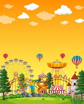Scène de parc d'attractions pendant la journée avec un ciel jaune blanc