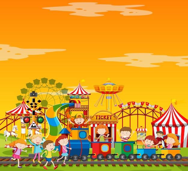 Scène de parc d'attractions pendant la journée avec un ciel jaune vierge
