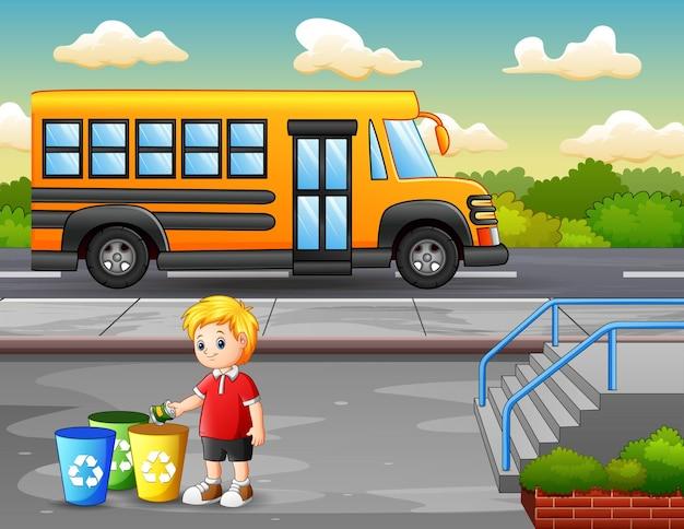 Scène de parc avec un garçon mettant de l'aluminium dans un bac de recyclage