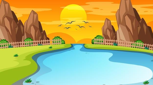 Scène de paysage de forêt avec rivière et coucher de soleil